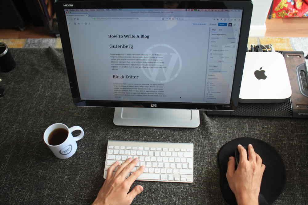 A photo of someone blogging on WordPress by Fikret Tozak